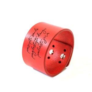 Raudona odinė apyrankė su individualiu graviravimu 4cm