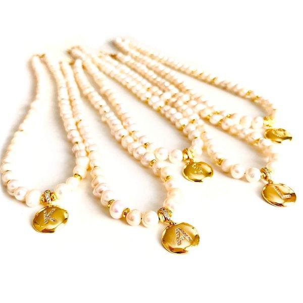 Upinių perlų vėrinys su raidele